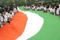 Lång indisk nationsflagga som bärs av skolbarn Arkivbild