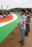 Lång indisk nationsflagga som bärs av skolbarn Arkivfoton