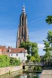 Lång John Tower och kanal i Amersfoort, Nederländerna Arkivfoton