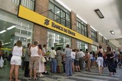 Lång kö av brasilianer vid Banco D Brasilien Arkivfoton