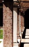 Lång kolonnad av en kloster i den forntida kloster av munkar in Fotografering för Bildbyråer