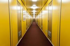 Lång korridor av havkryssningskeppet royaltyfria foton
