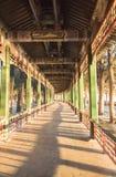 Lång korridor av sommarslotten Royaltyfri Bild