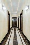 Lång korridor i barockt hus arkivbild