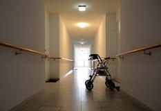 Lång korridor i ett vårdhem Royaltyfri Bild