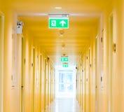 Lång korridor i hotell Arkivfoton