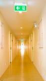 Lång korridor i hotell Royaltyfri Bild