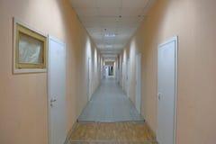Lång korridor i kontoret arkivbild