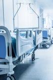 Lång korridor i sjukhus med kirurgiska sängar arkivbilder