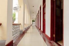 Lång korridor inom byggnaden Royaltyfria Bilder