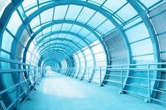 Lång korridor med glasväggen royaltyfri fotografi