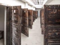 Lång korridor med många öppna dörrar för fängelsecell Tappningbild arkivbilder