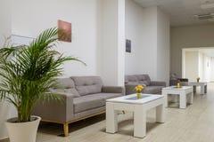 Lång korridor med soffor och tabeller 2 arkivbild