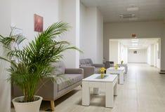 Lång korridor med soffor och tabeller 1 arkivfoton