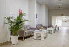 Lång korridor med soffor och tabeller 3 royaltyfri bild