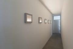 Lång korridor med tända målningar royaltyfri foto