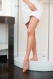 lång kvinna för ben Den härliga kvinnan att bry sig om ben Royaltyfri Foto