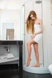 lång kvinna för ben Den härliga kvinnan att bry sig om ben efter dusch Royaltyfria Foton