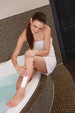 lång kvinna för ben Kvinna som rakar ben i badrum Royaltyfri Foto