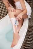 lång kvinna för ben Kvinna som rakar ben i badrum Royaltyfri Fotografi