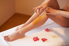 lång kvinna för ben Kvinnaomsorger om hennes ben Sockra behandling Royaltyfri Fotografi