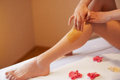 lång kvinna för ben Kvinnaomsorger om hennes ben Sockra behandling Arkivfoto