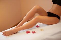 lång kvinna för ben Omsorger för ung kvinna om hennes ben Fotografering för Bildbyråer