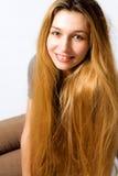 lång kvinna för blont gulligt hår royaltyfria foton