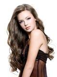 lång kvinna för härliga lockiga hår royaltyfri fotografi
