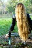 lång kvinna för härligt blont hår Arkivbild