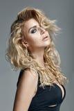 lång kvinna för härligt blont lockigt hår royaltyfri bild