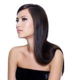 lång kvinna för härligt brunt hår Arkivfoton