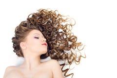 lång kvinna för härligt lockigt hår royaltyfria bilder