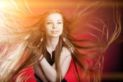 lång kvinna för hår Härlig ung stilfull trendig flicka w Arkivfoton