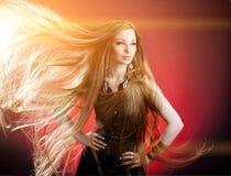 lång kvinna för hår Härlig ung stilfull trendig flicka w Fotografering för Bildbyråer