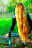 lång kvinna för tillbaka härligt blont hår Royaltyfria Bilder