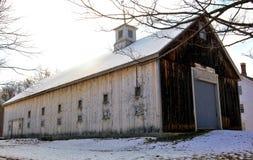 Lång ladugård på en Grey New England morgon Arkivbild
