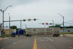 lång lastbil Lastbilfraktleverans arkivbild