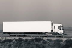 Lång lastlastbil på vägen Arkivbild