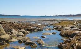 Lång liten vikvattenrunoff i Searsport, Maine Arkivbild
