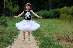 lång litet barn för förtjusande mörkt flickahår mycket Arkivbild