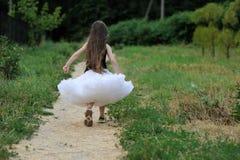 lång litet barn för förtjusande mörkt flickahår mycket Royaltyfri Foto