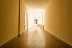 Lång mörk korridor med ljust ljus från fönster, ljus på slutet av korridoren Royaltyfri Fotografi