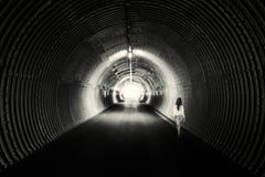 Lång mörk tunnel, cirkelform Tänd på slutet royaltyfri fotografi
