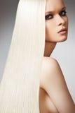 lång model rak wellness för härligt blont hår Arkivbild