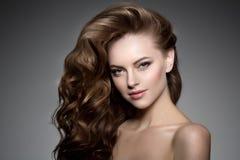 lång modell för hår Vågkrullningsfrisyr Skönhetkvinna med långt sunt och skinande slätt svart hår Updo f royaltyfri bild