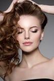 lång modell för hår Vågkrullningsfrisyr Skönhetkvinna med långt sunt och skinande slätt svart hår Updo f Arkivfoto