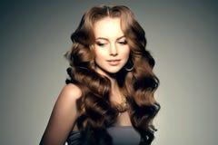lång modell för hår Vågkrullningsfrisyr Skönhetkvinna med långt sunt och skinande slätt svart hår Updo f Arkivbilder