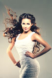lång modell för hår Vågkrullningsfrisyr Skönhetkvinna med långt sunt och skinande slätt svart hår Updo f Royaltyfria Bilder