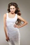 lång modell för hår Vågkrullningsfrisyr Skönhetkvinna med långt sunt och skinande slätt svart hår Updo f Royaltyfri Fotografi